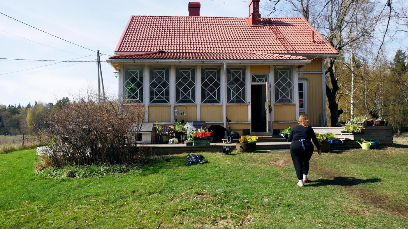 ett gult hus och natur runtomkring