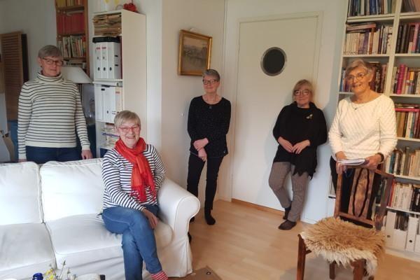 fem kvinnor i ett rum