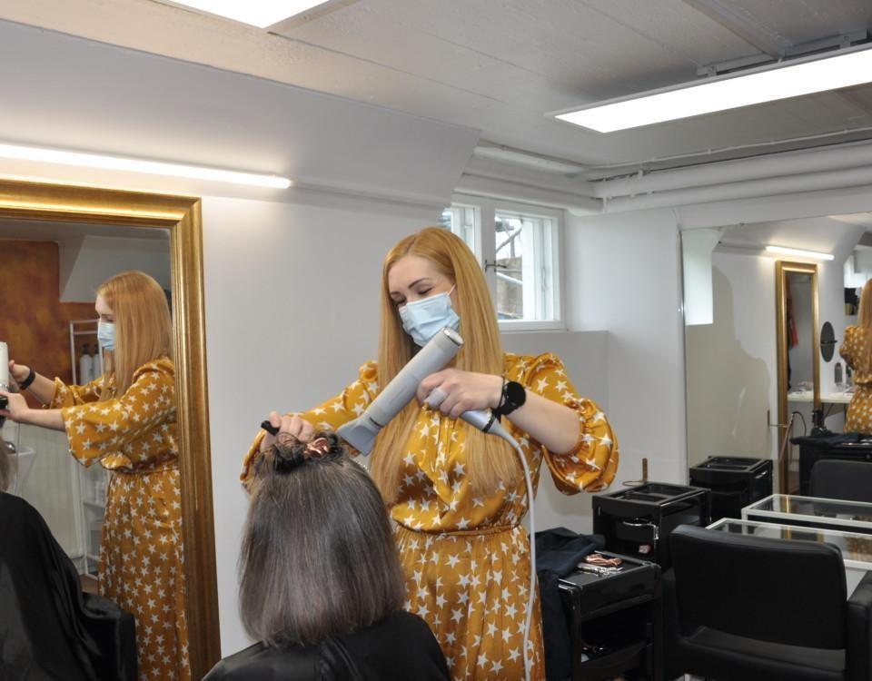 Frisör fixar kunds hår