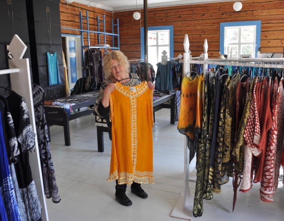 Kvinna visar upp kläder