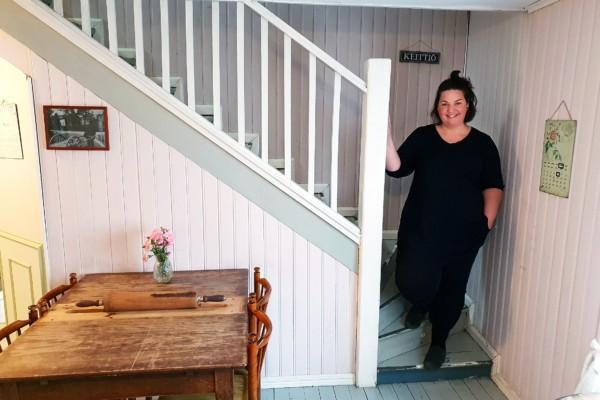 Franzell i trappan på café Hallonblad.