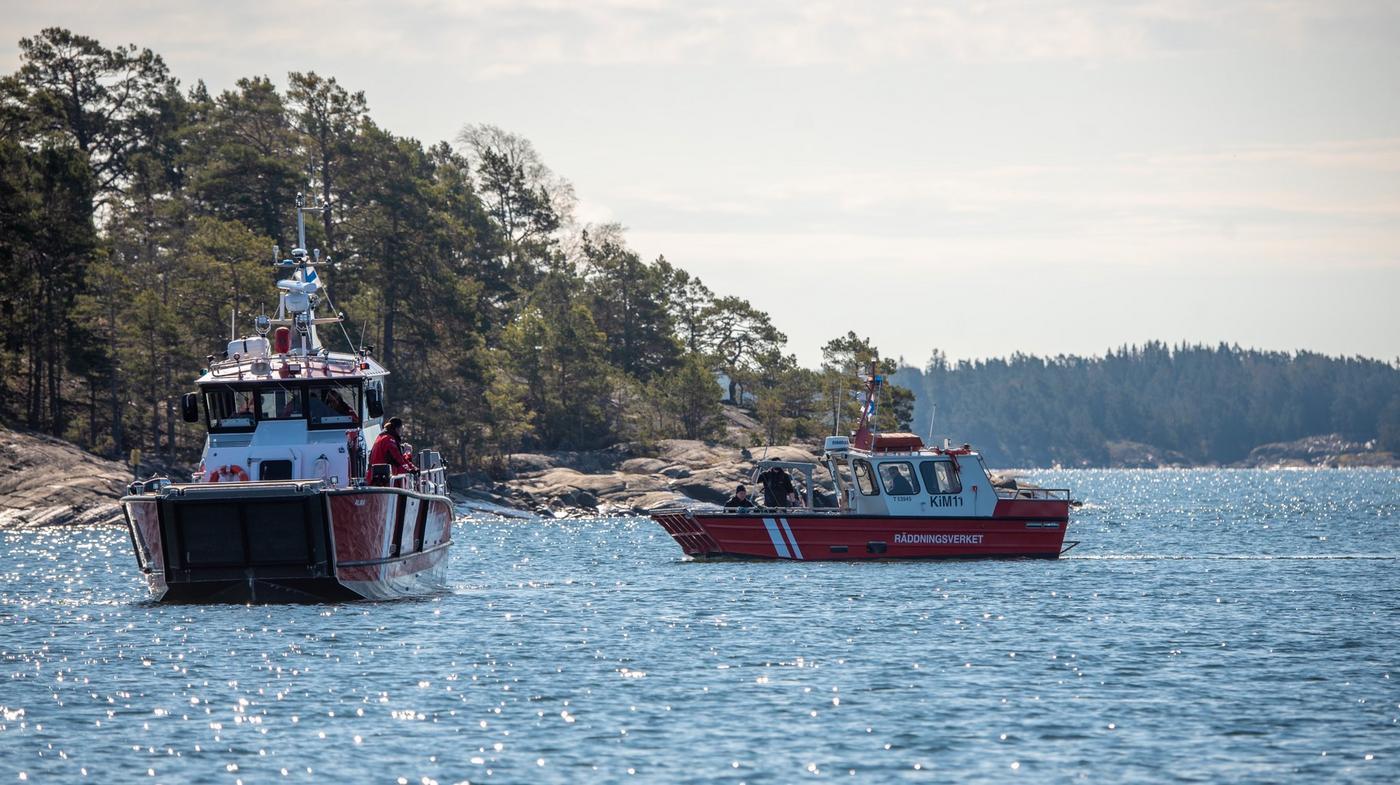 två oljebekämpningsfartyg