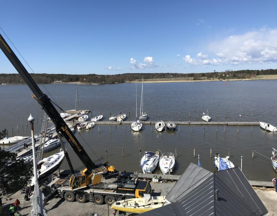 segelbåtar sjösätts i en hamn