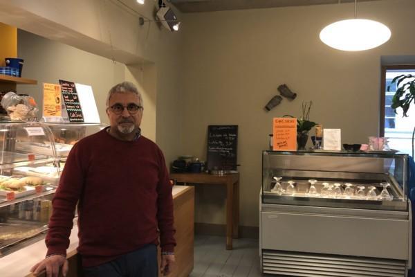 En man står i ett café