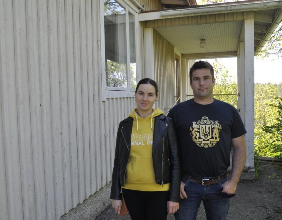 Ett par vid trappan till ett hus