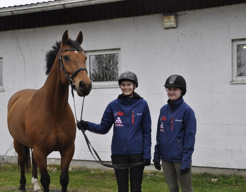 Två flickor och en häst