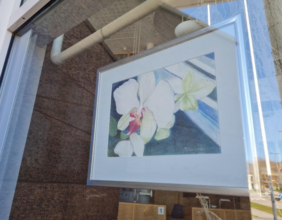 konstverk i ett fönster