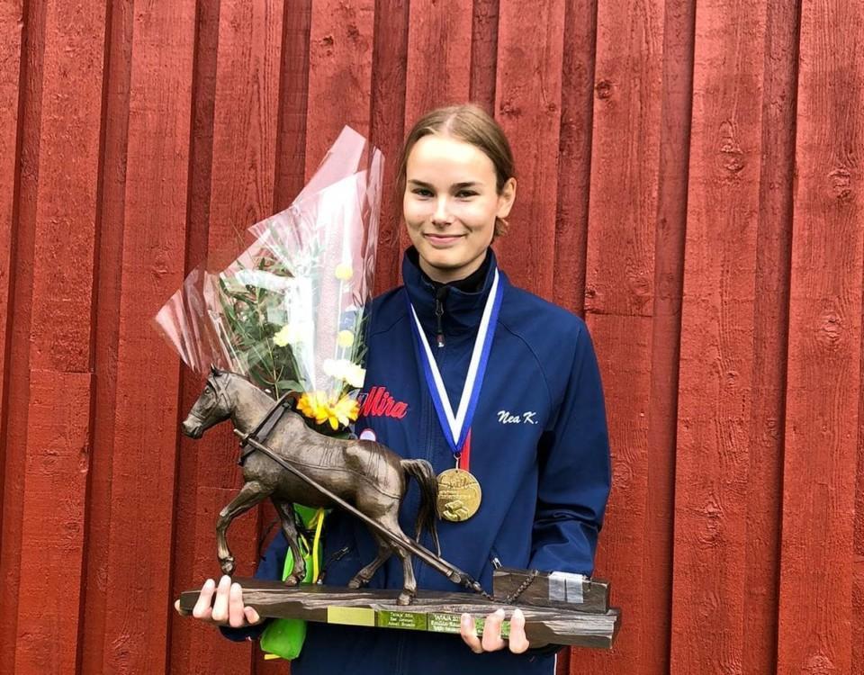 Ung dam med blommor, medalj och en pokal