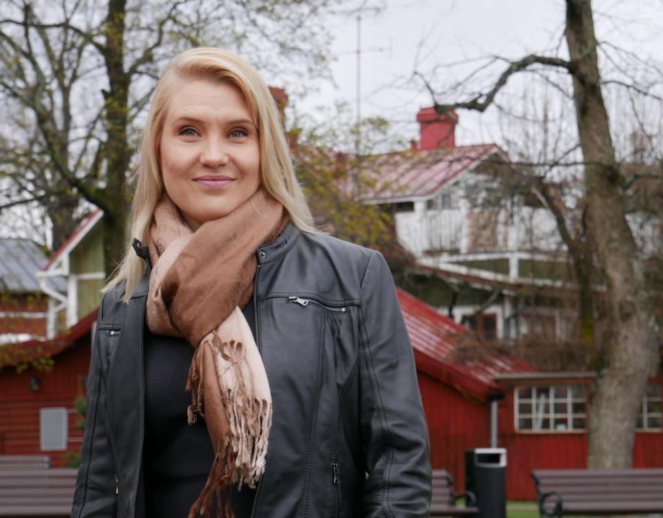 kvinna med läderjacka i en hamn