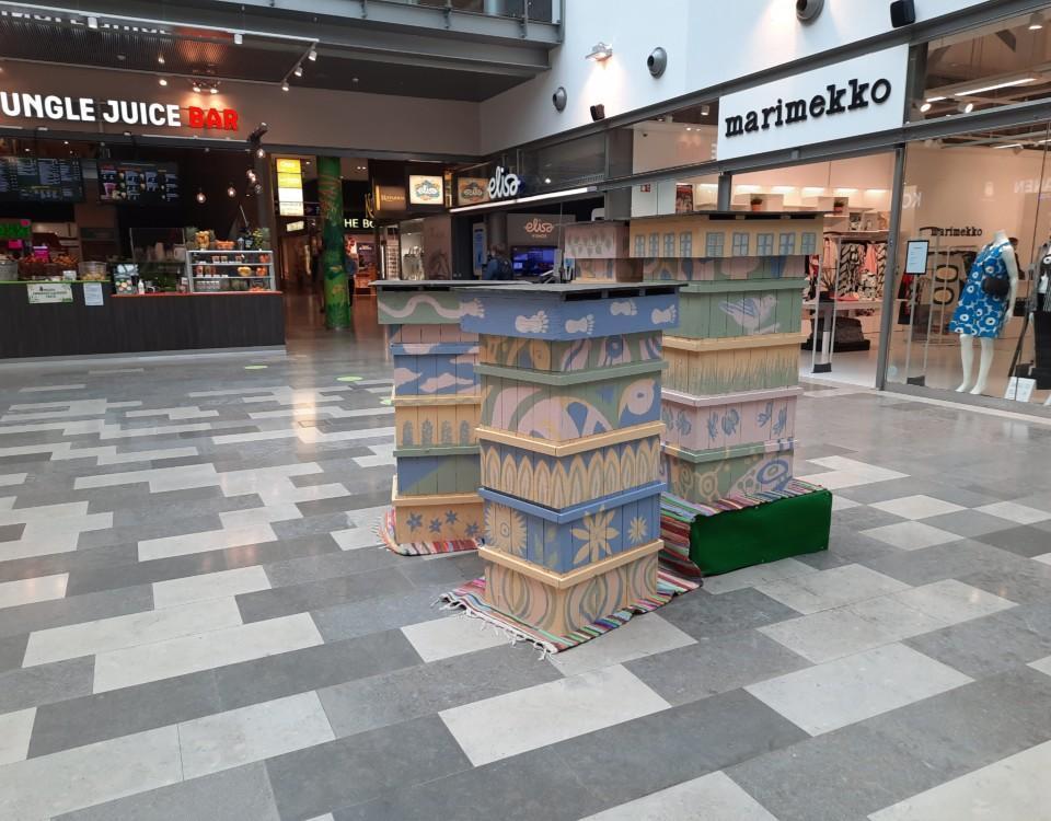 Lådor i ett köpcenter.