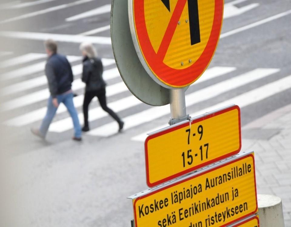 Två personer går över en gata