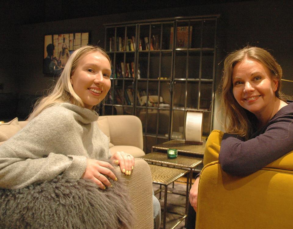 två kvinnor i en soffa