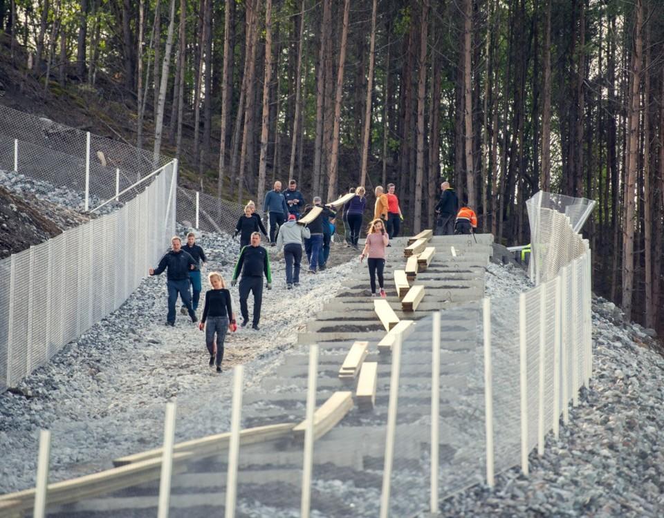 många människor jobbar på att bygga en trappa