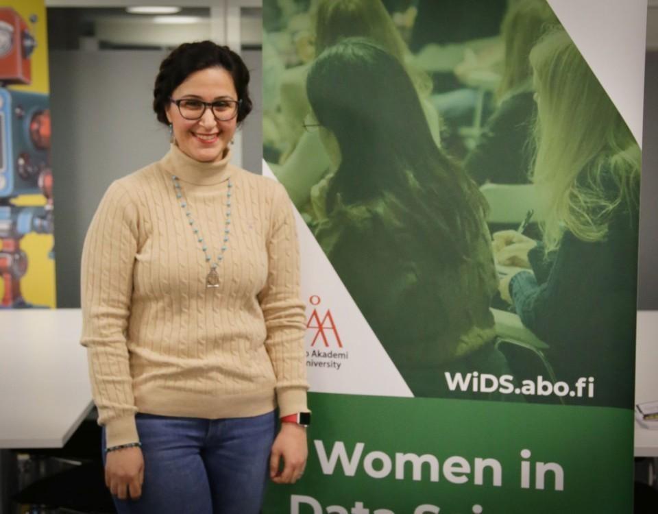 kvinna står framför affisch