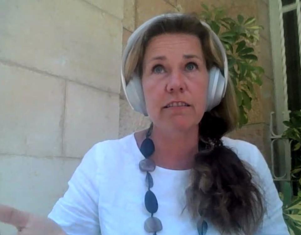 em kvinna på en skärm med stora hörlurar
