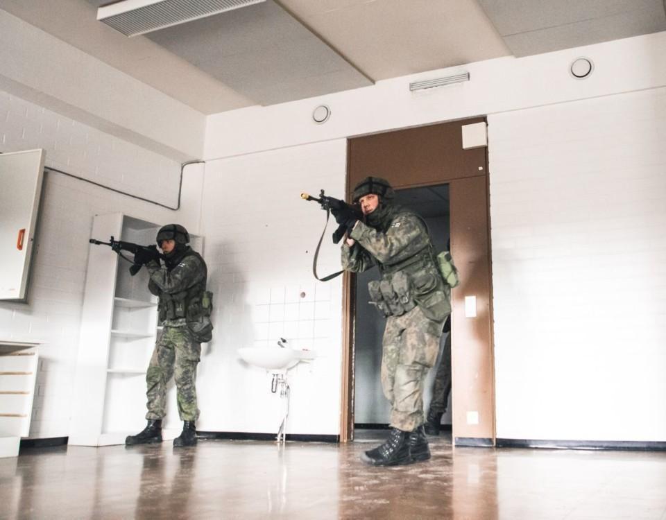Två soldater övar krig i en skolklass