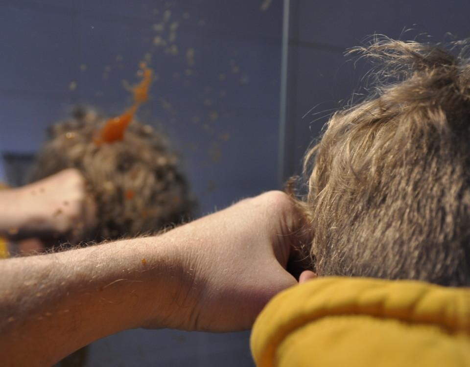 En knytnäve träffar ett huvud