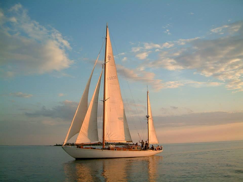 en segelbåt i vackert solsken