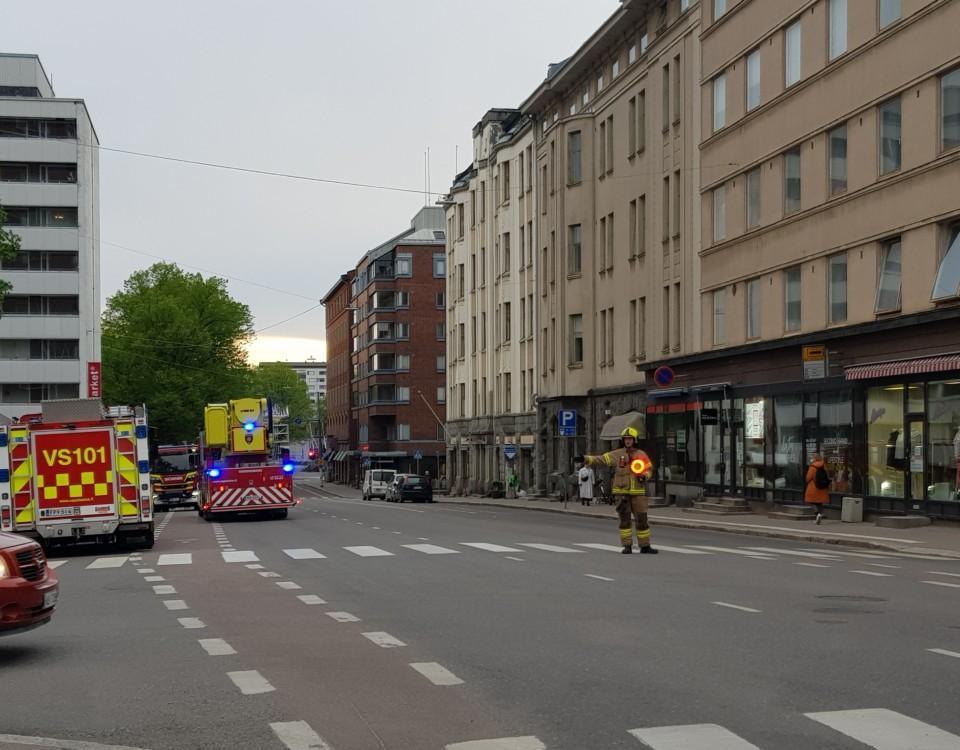 en brandman dirigerar trafiken