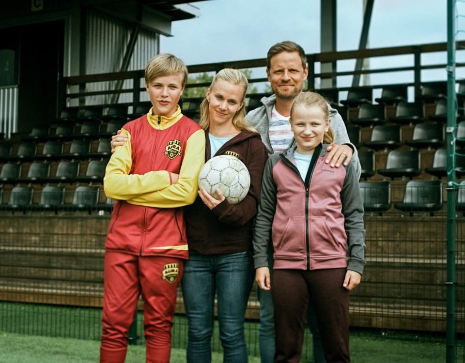 En familj på en fotbollsplan