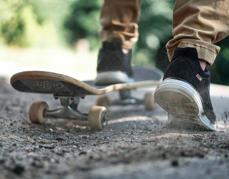 en skateboard och två fötter