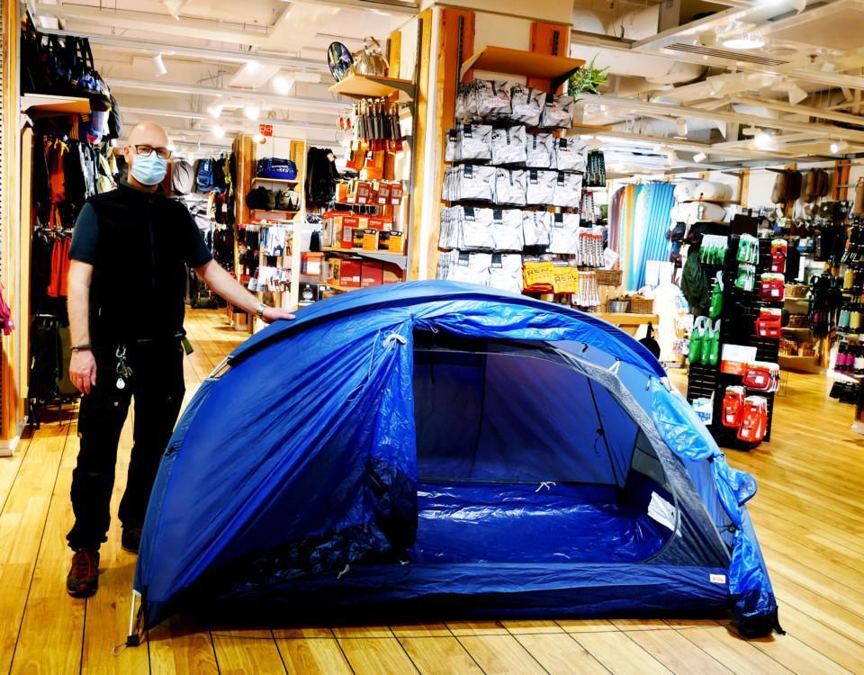 en man med ett mörkblått tält