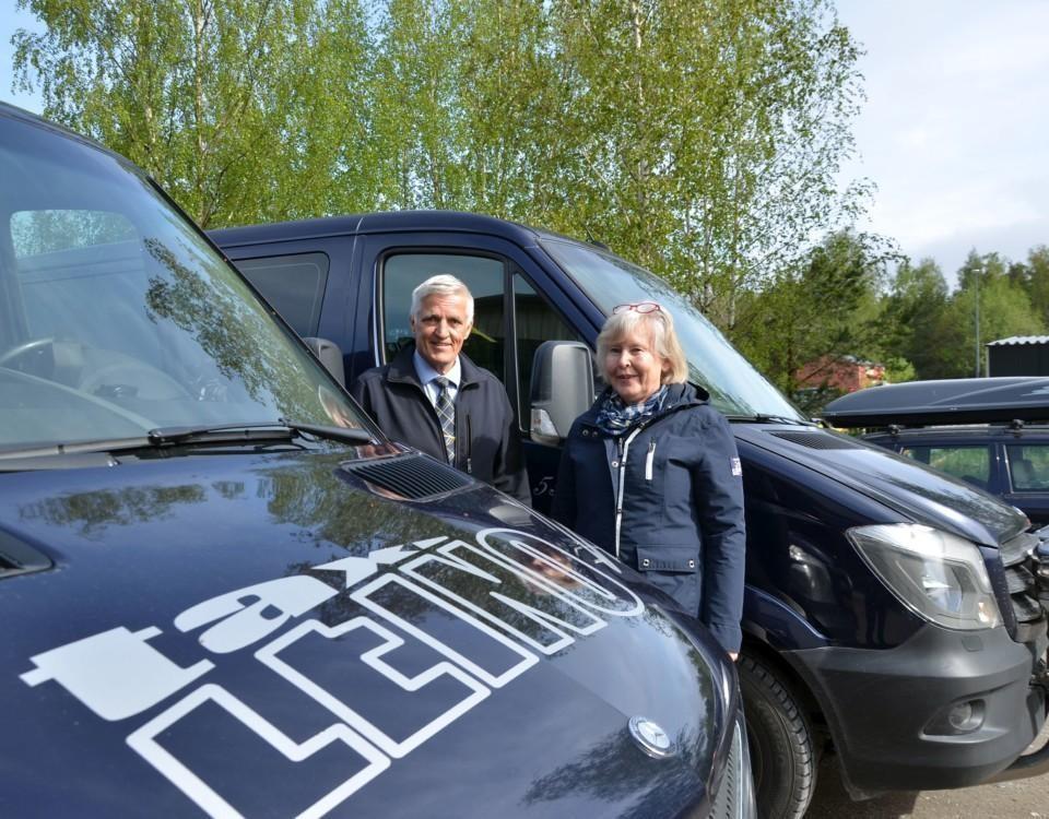 en man och en kvinna mellan två taxibilar