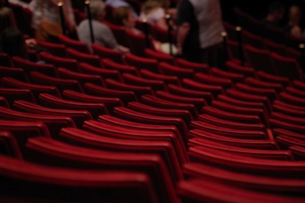 teatersalong med röda stolar