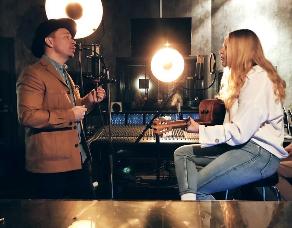 man och kvinna sjunger och spelar gitarr
