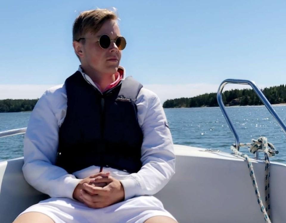 pojke i segelbåt