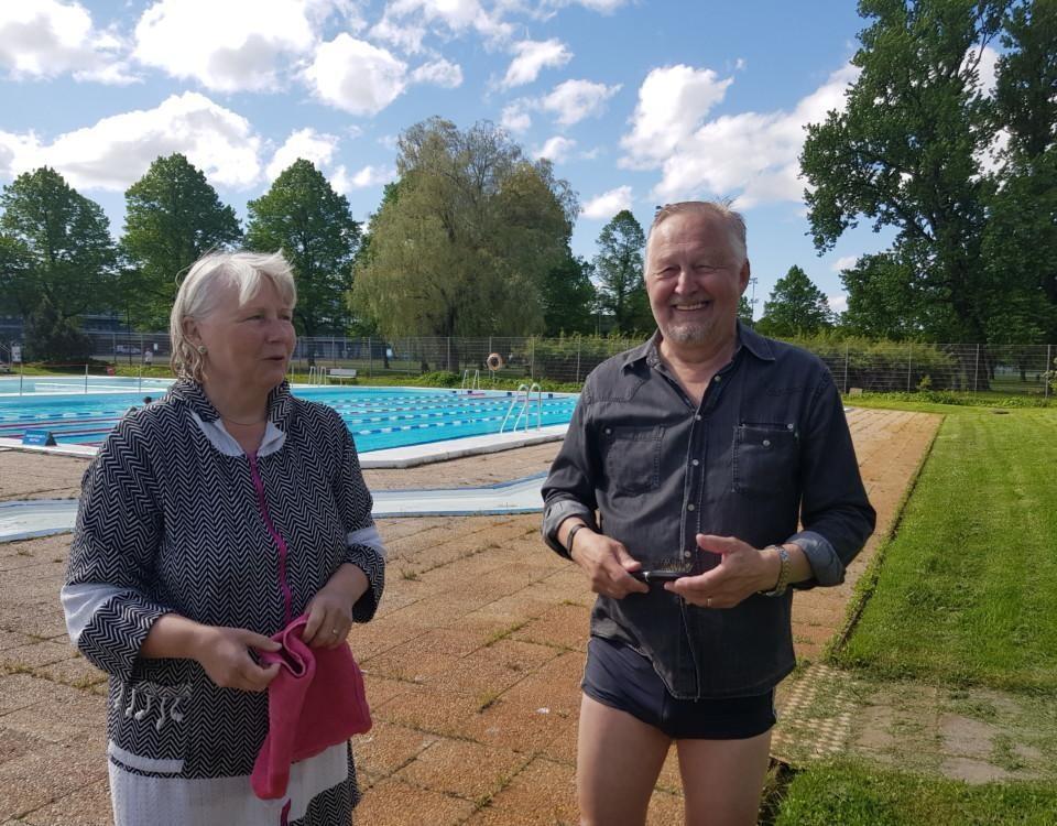 två äldre personer och en bassäng