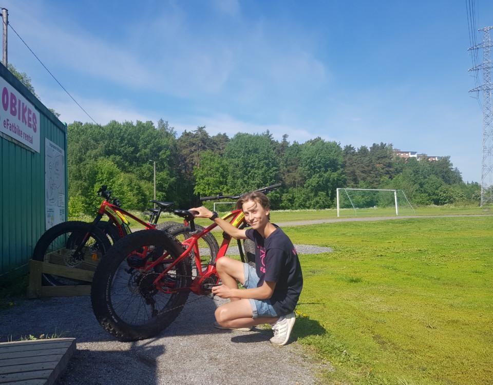 en ung pojke och en cykel