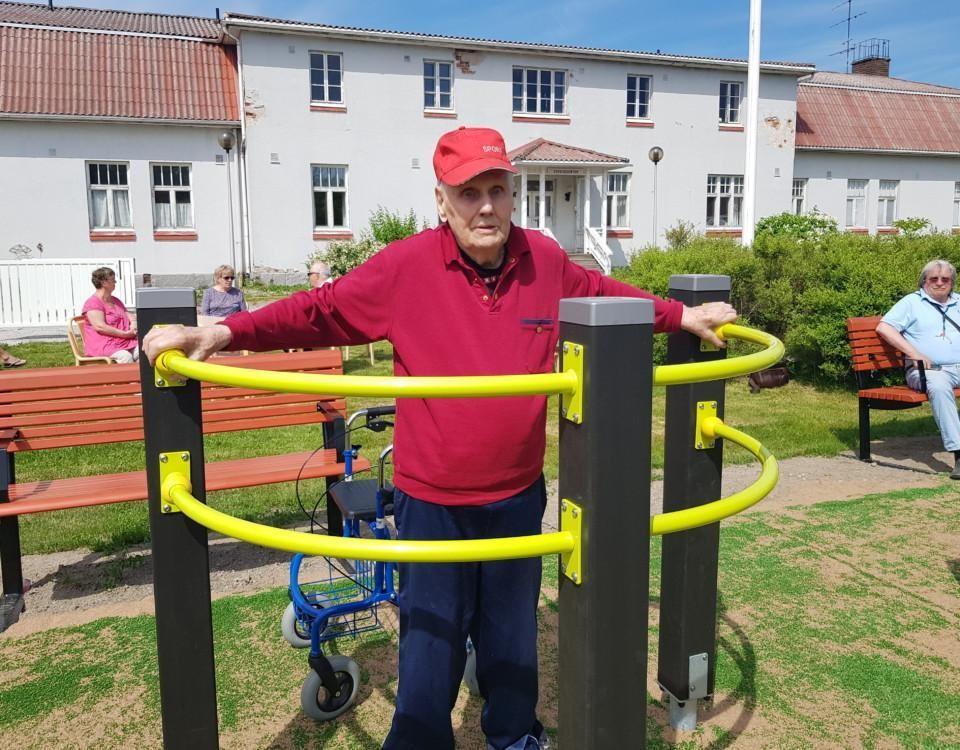 Äldre man i ett redskap i en seniorpark