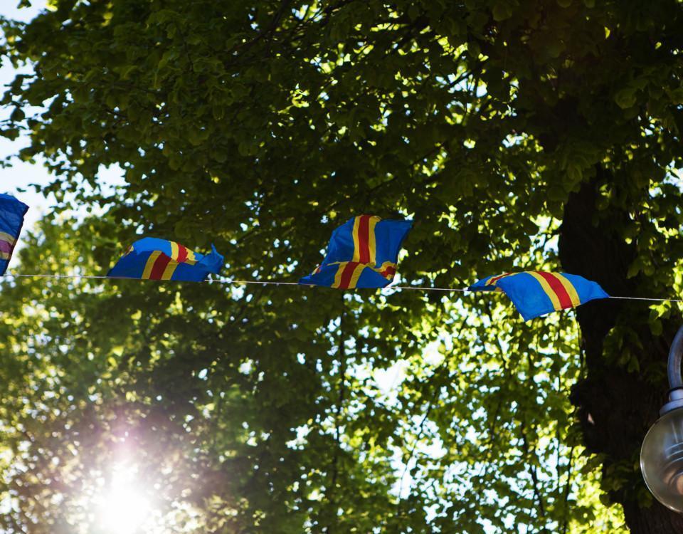 flaggor vajar i ett träd