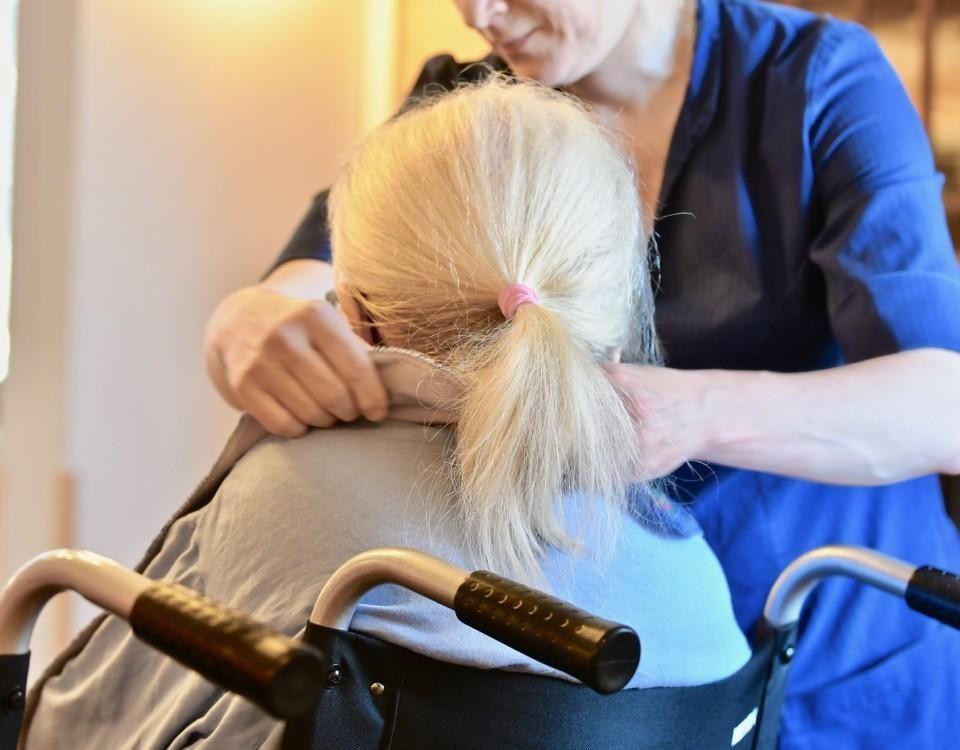 en skötare tar hand om en åldring
