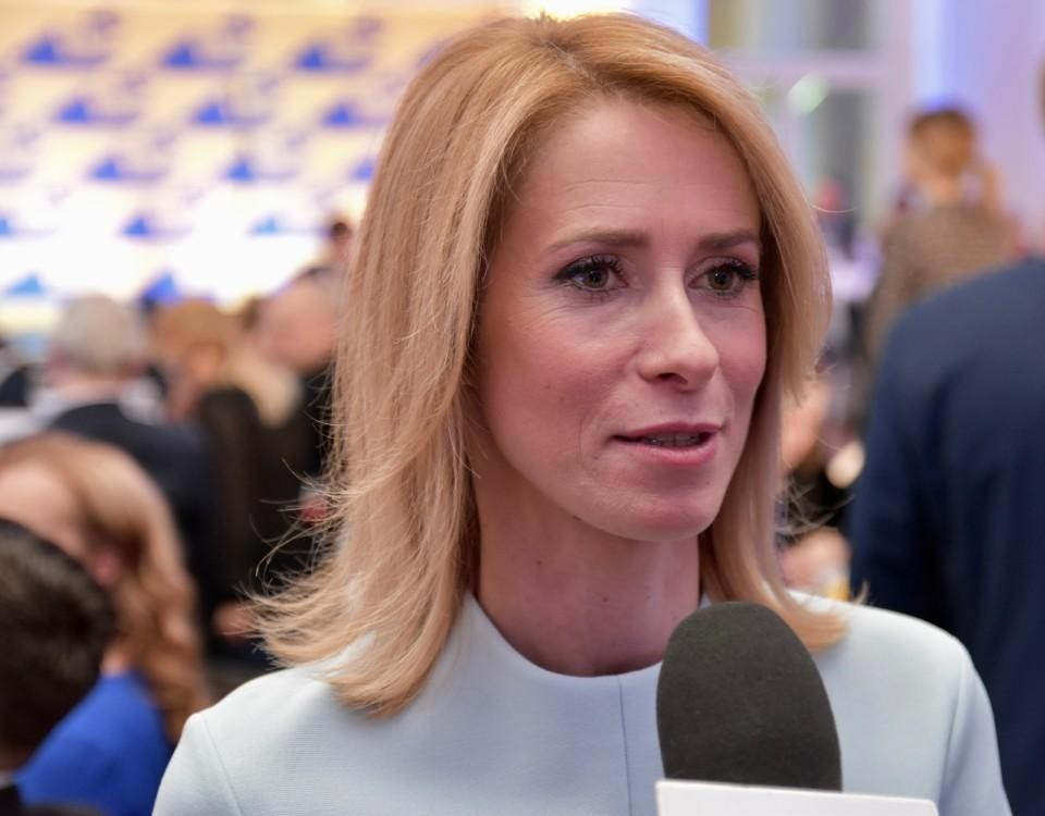 blond kvinna intervjuas, ser bestämd ut