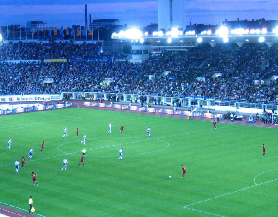 en fotbollsplan med spelare
