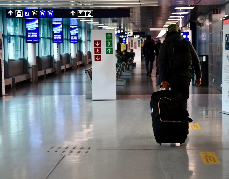 En person som drar på en kappsäck.