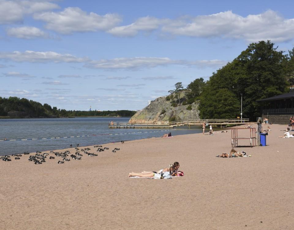människor ligger på en strand