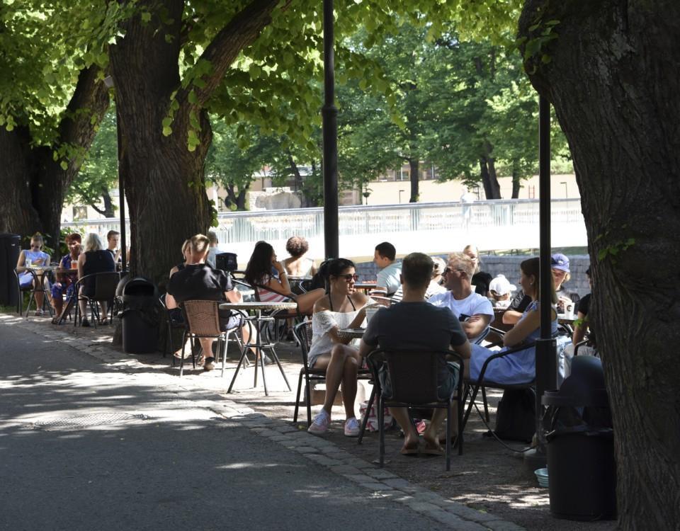Människor på ett café utomhus.