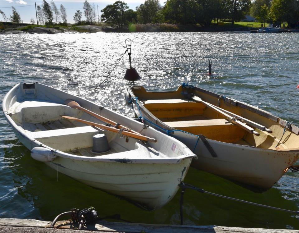två roddbåtar