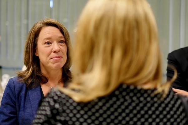 en kvinna, i förgrunden bakhuvet på en annan kvinna