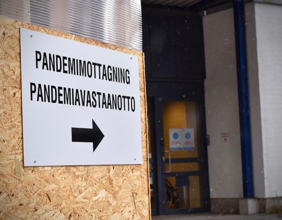 """En skylt med en pil där det står """"Pandemimottagning"""" på svenska och finska."""