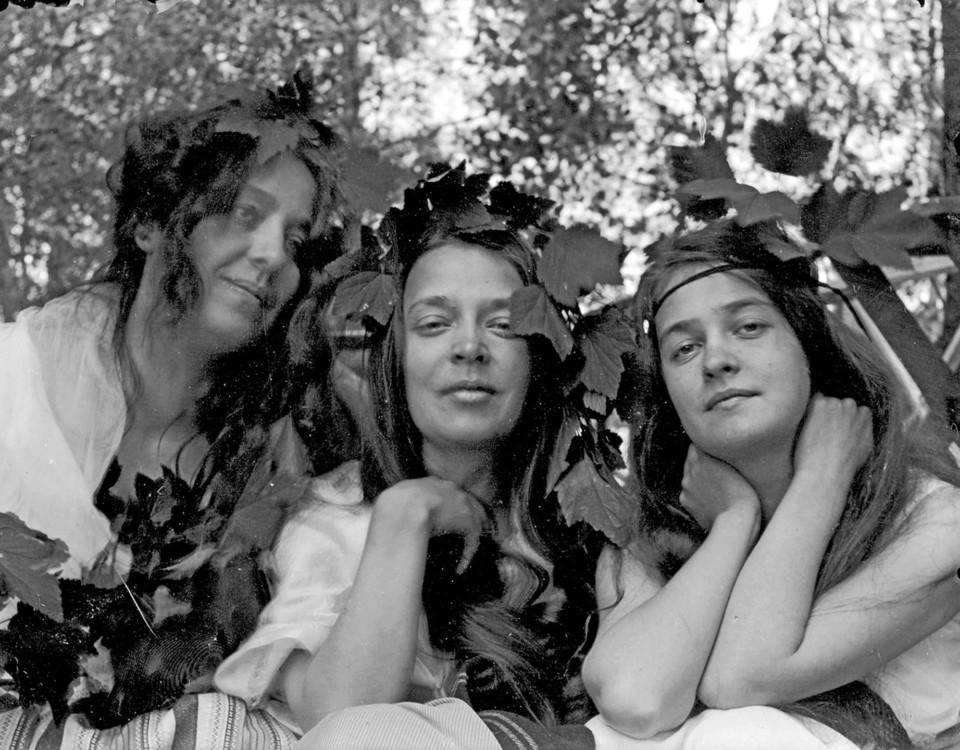 Ett svartvitt foto på tre kvinnor.