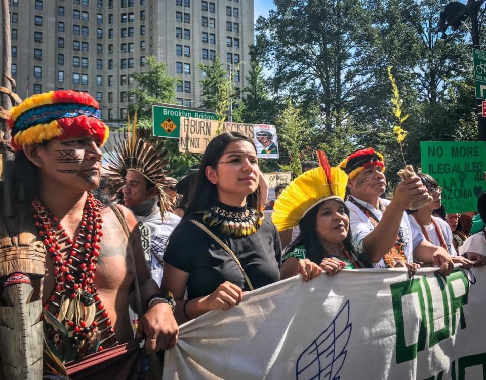 tre ursprungskvinnor demonstrerar
