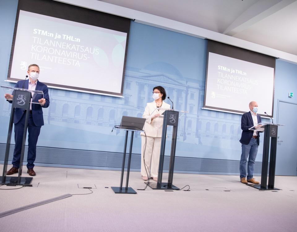 Personer på presskonferens framför podier