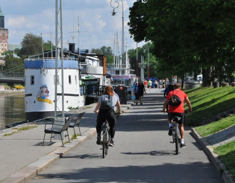 Två cyklister vid Aura å