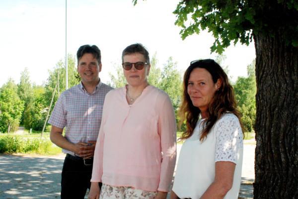tre personer i sommarsolen