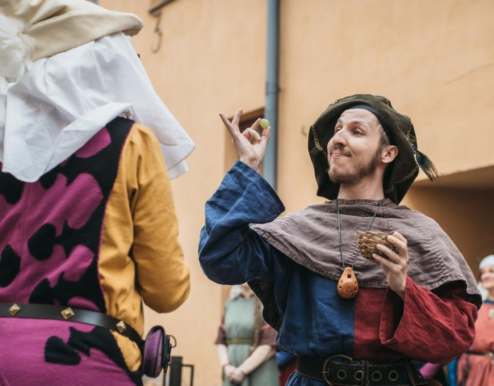 två välklädda personer i medeltida bestyr