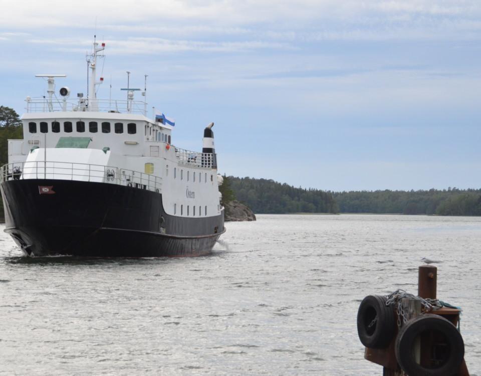 M/S Östern på väg mot Själö och en tärna som sitter på en påle i havet.